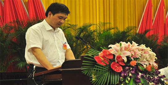 张曦同志宣读《乐山市社科联第七次代表大会选举办法(草案)》