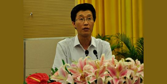 杨静同志宣读《乐山市社科联第七次代表大会关于修改〈乐山市社科联章程〉的决议〔草案〕》